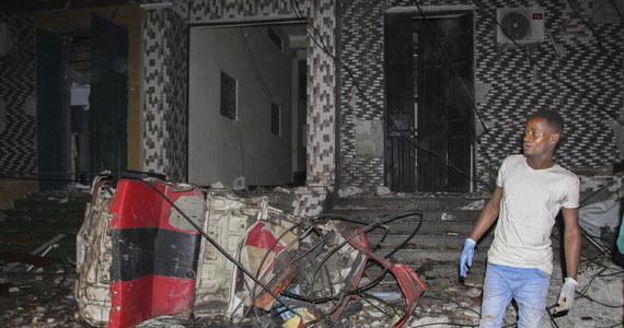 Co najmniej 21 osób zginęło, a ponad 30 zostało rannych w samobójczym zamachu bombowym w stolicy Somalii, Mogadiszu - poinformowała miejscowa policja. Władze podkreślają, że ofiar ataku może być więcej.