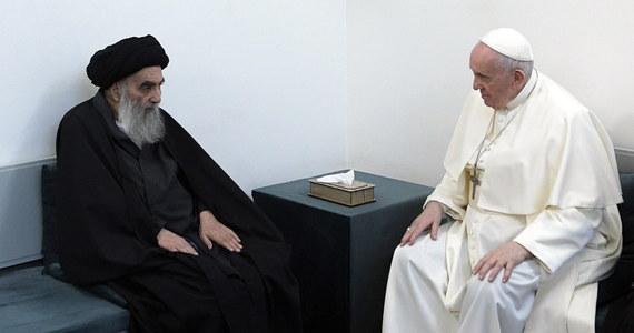 """Papież Franciszek podziękował przywódcy irackich szyitów, wielkiemu ajatollahowi Alemu as-Sistaniemu za głos w obronie """"najsłabszych i prześladowanych""""- poinformował Watykan po ich historycznym spotkaniu w sobotę w świętym mieście szyitów, Nadżafie."""