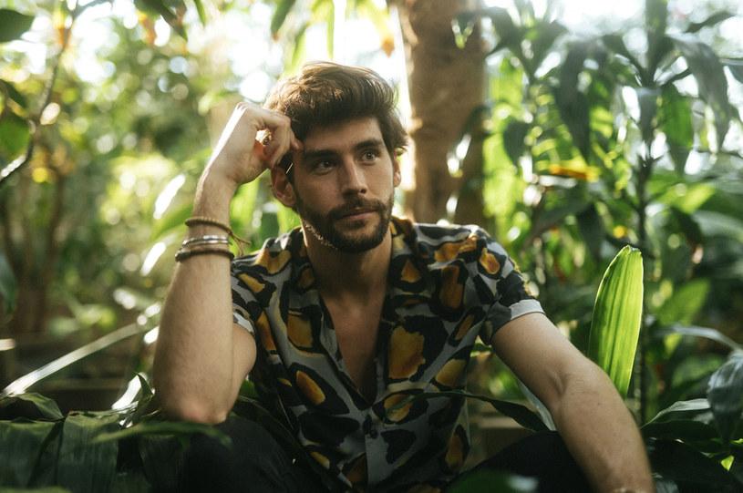 """Alvaro Soler opublikował pierwszy od ponad roku nowy materiał. Utwór """"Magia"""" szybko podbił serca fanów."""