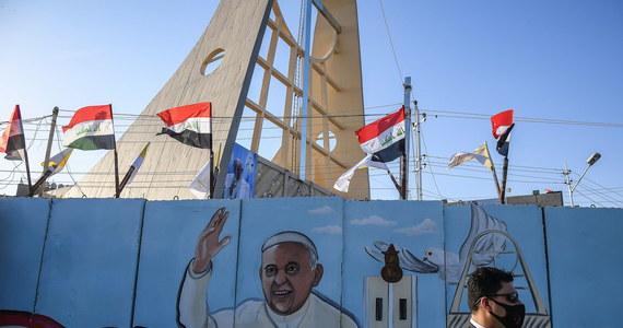 To więcej niż podróż apostolska, to wyzwanie rzucone pandemii Covid-19, obawom dotyczącym bezpieczeństwa i temu, co wydaje się niemożliwe, zwłaszcza w obecnej chwili światowego kryzysu - tak można interpretować trwającą wizytę papieża Franciszka w Iraku.