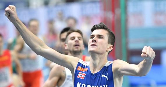 """To Jakob Ingebrigtsen, a nie Marcin Lewandowski, został złotym medalistą halowych mistrzostw Europy w biegu na 1500 m. W ocenie Polaka Norweg przekroczył jednak przepisy i powinien być zdyskwalifikowany. """"Zasady powinny dotyczyć wszystkich, a nie tylko niektórych. Tym jestem wkurzony"""" - powiedział Lewandowski, który ostatecznie zajął drugie miejsce."""