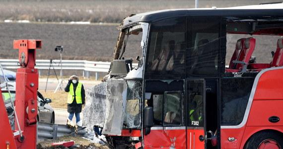 Drugi z kierowców ukraińskiego autokaru, który w chwili wypadku nie siedział za kierownicą, został w sobotę po południu przesłuchany jako świadek. Natomiast kierowca, który prowadził autokar, obecnie przebywa w szpitalu. Jak informuje podkarpacka policja, wrak autokaru, który rozbił się w piątek w nocy na podkarpackim odcinku A4 koło MOP Kaszyce został odholowany