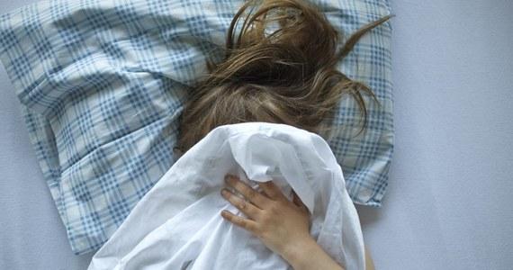 Klub Lewicy złoży w poniedziałek w Sejmie projekt ustawy zakładający zmianę definicji gwałtu; w myśl tej propozycji gwałtem jest nieuzyskanie wyraźnej i świadomej zgody na kontakt seksualny, a minimalna kara za taki czyn zostaje podwyższona z dwóch do trzech lat.