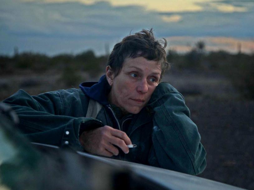 """Amerykański dramat """"Nomadland"""" jest największym wygranym tegorocznej ceremonii rozdania brytyjskich nagród filmowych BAFTA. Nominowany w siedmiu kategoriach film zdobył cztery nagrody, w tym za najlepszy film, najlepszą reżyserię i najlepszą główną rolę kobiecą."""