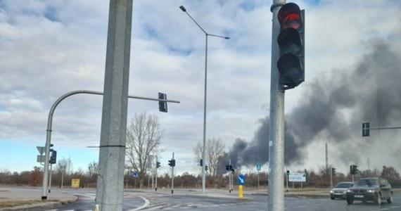 Pożar w zakładzie produkcyjnym na północy Torunia. Płonie piankowa otulina stalowych rur, składowanych na środku placu.