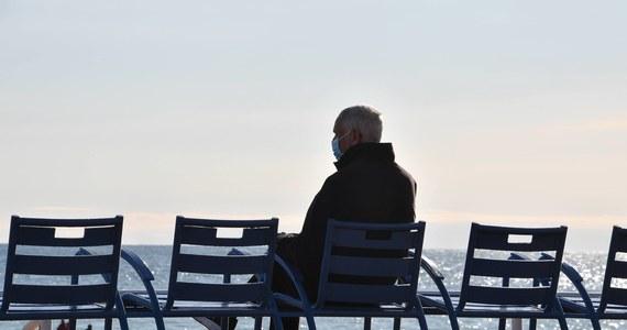 """Prezydent Andrzej Duda podpisał ustawę ws. czternastej emerytury. Świadczenie ma być wypłacane w listopadzie w wysokości minimalnej emerytury (będzie wynosiło wtedy 1250,88 zł brutto). Wg wyliczeń, """"czternastki"""" otrzyma ponad 9 milionów osób. Nie wszyscy jednak w takiej  samej kwocie."""