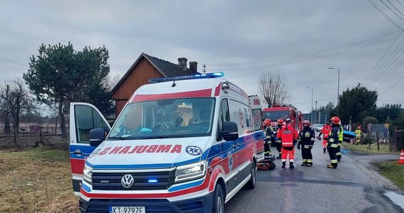 """Poważny wypadek na lokalnej drodze w Gosławicach w Małopolsce. 4-letni chłopiec wyleciał z samochodu, a jego matka została zakleszczona we wraku pojazdu. """"Kobieta prowadziła, mimo że nie posiadała uprawnień"""" – poinformował rzecznik małopolskiej policji mł. insp. Sebastian Gleń."""