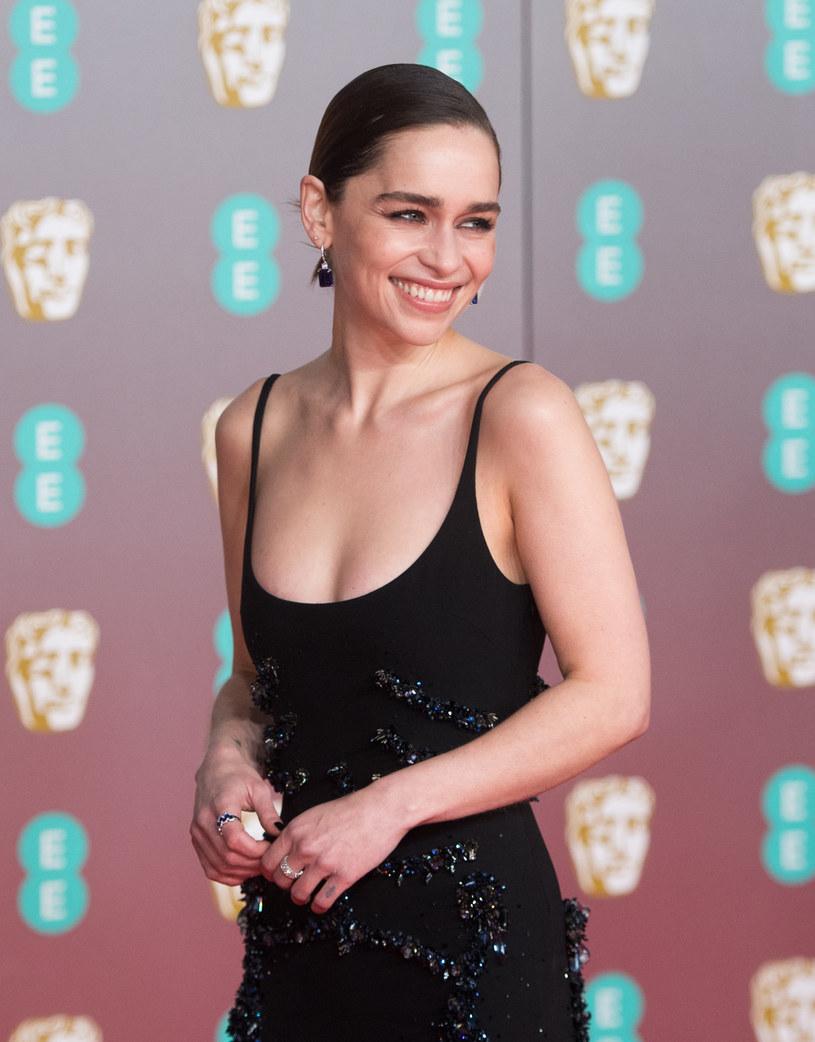 """Emilia Clarke, brytyjska aktorka znana szerszej widowni jako nieustraszona Daenerys Targaryen z kultowego serialu """"Gra o tron"""", opowiedziała o panującej w branży rozrywkowej presji związanej z młodym wyglądem. Clarke ujawniła, że w wieku 28 lat usłyszała od pewnej kosmetyczki, że powinna poddać się odmładzającym zabiegom. Rada ta doprowadziła ją do szału. """"Pokazałam jej drzwi. Dosłownie kazałam jej się wynosić"""" - wyznała gwiazda."""