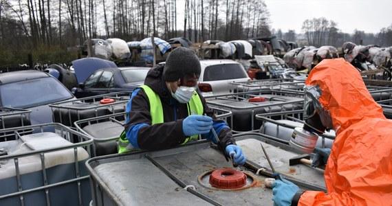 Ponad 600 pojemników o pojemności tysiąca litrów wypełnionych żrąca substancją odkryli policjanci i funkcjonariusze ochrony środowiska w mazowieckim Garwolinie i w okolicach. Zatrzymano jak dotąd jedną osobę podejrzaną o nielegalne składowanie i przewożenie odpadów.