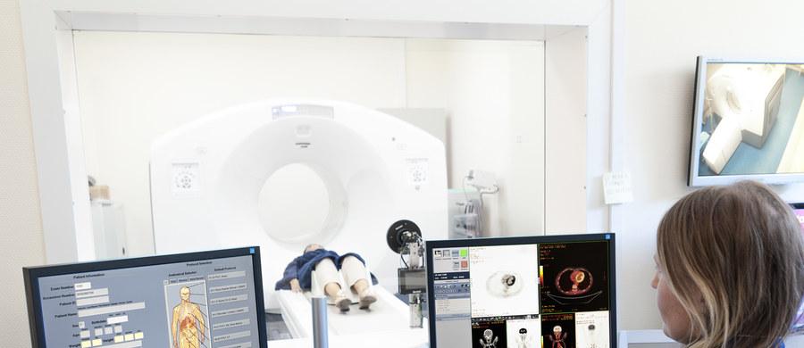 """Na skierowaniu na rezonans magnetyczny lub tomografię komputerową często widzimy dodatkowy zapis """"kontrast"""" czy """"z kontrastem"""". Czy zastanawiałeś się, co to oznacza, czy wszyscy tak mają i po co ten kontrast w ogóle jest? Badania obrazowe to nieoceniona pomoc w diagnozie wielu chorób, a środki kontrastowe mogą dodatkowo zwiększyć ich dokładność."""