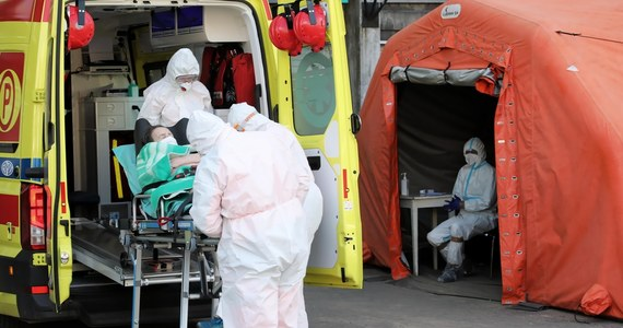 Za wysokie wskaźniki zakażeń na Pomorzu odpowiada m.in. brytyjska mutacja koronawirusa, która rozprzestrzenia się bardzo intensywnie. Z przeprowadzonych badań wynika, że wariant brytyjski odpowiada nawet za 80 proc. wszystkich nowych przypadków zachorowań w regionie - powiedział PAP pomorski lekarz wojewódzki Jerzy Karpiński.