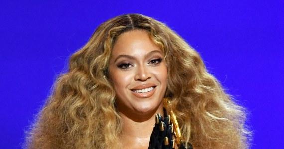 """Ikona amerykańskiej popkultury Beyonce zdobyła w niedzielę cztery nagrody Grammy. W ten sposób artystka ma już łącznie 28. tych prestiżowych wyróżnień i stała się najbardziej utytułowaną wokalistką w historii Grammy. Rekord matki być może kiedyś pobije jej córka. 9-letnia Blue Ivy - razem z matką - otrzymała statuetkę za teledysk do piosenki """"Brown Skin Girl""""."""