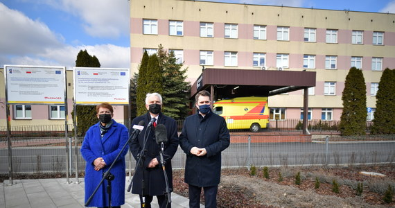 Waldemar Kraska ostrzegł, że w tym tygodniu przyrost nowych zakażeń koronawirusem będzie większy niż w ubiegłym. Wiceminister zdrowia podkreślił, że trzecia fala pandemii różni się od poprzedniej: chorują coraz młodsi, przebieg choroby jest też cięższy. Odniósł się też do informacji o szczepionce firmy AstraZeneca.