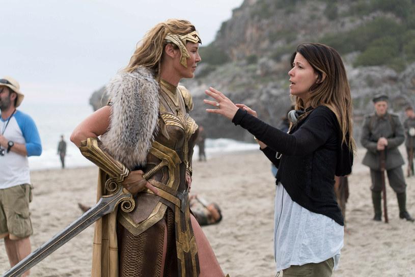 """Connie Nielsen, która w filmie """"Wonder Woman"""" wcieliła się w matkę głównej bohaterki, ujawniła, jakiego elementu fabuły za wszelką cenę chciała się pozbyć reżyserka obrazu, Patty Jenkins. Według pierwotnego pomysłu, księżniczka Diana i inne kobiety z plemienia Amazonek miały paść ofiarą zbiorowego gwałtu. """"Patty powiedziała tylko: 'Nie, nie zamierzam tego robić Amazonkom. To niewiarygodnie odważne kobiety, dlatego nie będziemy obarczać ich traumą'"""" – zdradziła aktorka."""