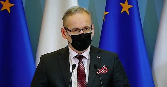 """""""Jeżeli będziemy mieli do czynienia z przyśpieszeniem dynamiki zakażeń, będą decyzje o obostrzeniach w całym kraju"""" - zapowiedział na konferencji prasowej minister zdrowia Adam Niedzielski. To odpowiedź na niepokojące wzrosty zakażeń koronawirusem w Polsce notowane w ciągu ostatnich tygodni. Podczas spotkania z mediami poruszono także kwestię szczepień przeciw Covid-19. Michał Dworczyk, odpowiadający z ramienia rządu za szczepienia, przekazał m.in., że 18 marca rozpoczną się zapisy na szczepienia seniorów w wieku 68 i 67 lat."""