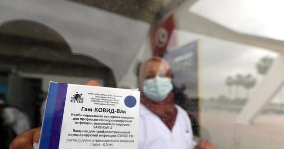 """Szczepienia przeciwko Covid-19 w UE idą wolno, bo brakuje szczepionek, których nie dostarczają w zakontraktowanych liczbach koncerny farmaceutyczne. Może to pchnąć Wspólnotę w stronę szczepionki Sputnik V. """"Gdyby Sputnik V dołączył do unijnego arsenału szczepionek, byłby to dyplomatyczny triumf Rosji"""" - wskazują komentatorzy."""