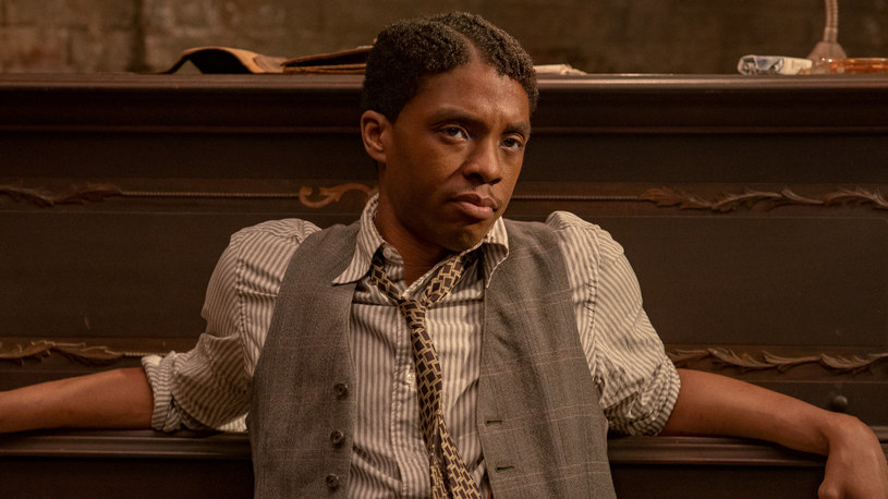 """Rola ambitnego trębacza w filmie """"Ma Rainey: Matka bluesa"""" przyniosła zmarłemu w ubiegłym roku Chadwickowi Bosemanowi jego pierwszą i niestety ostatnią nominację do Oscara. Nominowany do tej nagrody w kategorii """"najlepszy aktor pierwszoplanowy"""" Boseman, znalazł się w niewielkim gronie gwiazd, które dostały to wyróżnienie już po śmierci. Do tej pory było zaledwie siedem takich osób."""