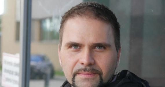 """""""Boję się sytuacji, że przyjdzie maj, przyjdzie lipiec, będą ciepłe miesiące, znowu zapomnimy o tym, że to zagrożenie istnieje i przestaniemy się chcieć szczepić. Jeśli tak zrobimy, to będzie kolejna fala na jesieni"""" - mówi RMF FM prof. Krzysztof Pyrć. Komentując kontrowersje wokół szczepionki firmy AstraZeneca wirusolog z Małopolskiego Centrum Biotechnologii UJ przyznaje, że szokuje go paniczna reakcja. Jak podkreśla, to szczepionka ratująca życie i stosunek korzyści wynikającej ze szczepienia do potencjalnego, zupełnie hipotetycznego i wciąż niepotwierdzonego ryzyka, dalej pozostanie bardzo korzystny. W rozmowie z Grzegorzem Jasińskim tłumaczy też, czemu ma służyć uruchomiona właśnie strona sarswpolsce.pl."""
