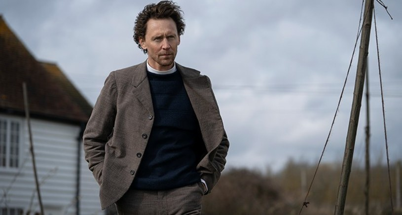 """Platforma streamingowa Apple TV+ przygotowuje serialową ekranizację powieści """"Wąż z Essex"""" autorstwa Sarah Perry. Wcześniej ogłoszono, że w roli głównej w tej produkcji wystąpi Claire Danes (""""Homeland"""", """"Romeo i Julia""""). Pierwsze zdjęcie z planu zdradza, że u boku Danes zobaczymy Toma Hiddlestona (""""Kong: Wyspa Czaszki"""", """"Loki"""")."""