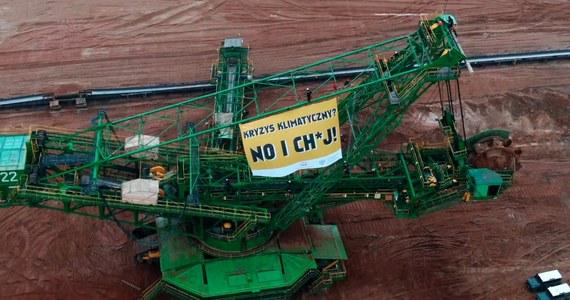 Działacze Greenpeace weszli na teren kopalni odkrywkowej węgla brunatnego Turów w Bogatyni (Dolnośląskie). Na jednej z wielkogabarytowych koparek rozwiesili transparent. Domagają się m.in. odejścia od węgla do 2030 roku.