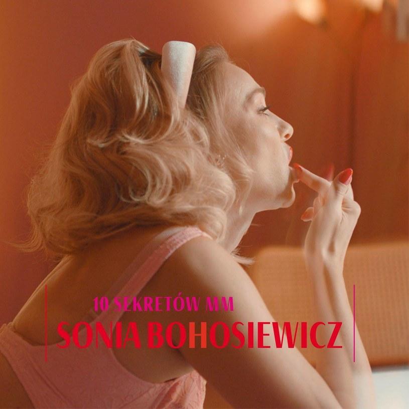Sonia Bohosiewicz debiutuje z zupełnie niedzisiejszym jazzowo brzmiącym albumem, mającym ukazać tę drugą twarz Marilyn Monroe. Trudno powiedzieć, na ile ten zabieg udał się zgodnie z założeniami. Ważniejsze jest jednak to, że otrzymaliśmy porządnie brzmiący krążek, który stara się zrobić z oryginalnym materiałem nieco więcej niż zaledwie go odtworzyć.