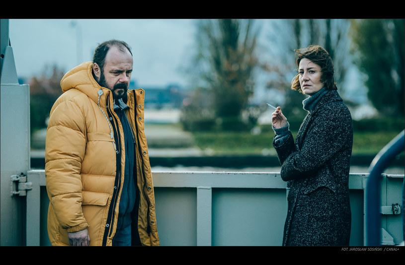 """Arkadiusz Jakubik i Maja Ostaszewska, choć znają się od ponad 30 lat, po raz pierwszy wspólnie stanęli przed kamerą dopiero na planie serialu """"Klangor"""". Na 26 marca Premierę nowego serialu Canal+ zaplanowano na 26 marca."""
