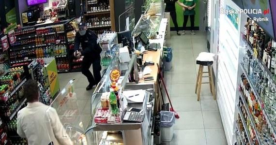 We wtorek wieczorem doszło do napadu na stację benzynową w Rybniku w woj. śląskim. Mężczyzna sterroryzował obsługę nożem. Podczas interwencji został postrzelony przez policję.