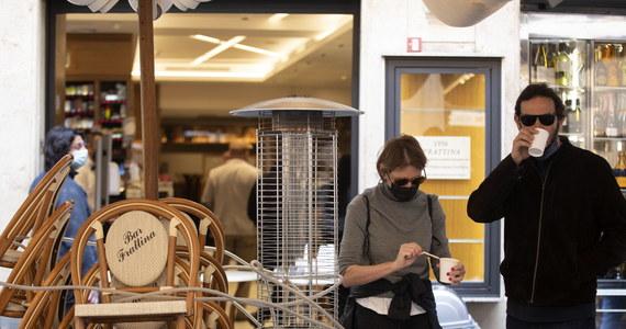 Trzecia fala epidemii koronawirusa coraz mocniej uderza w polską gospodarkę. Już nie tylko poprzez zakazy ale także... poprzez brak pracowników w polskich firmach. Ministerstwo Zdrowia podało, że na kwarantannie przebywa obecnie 328 tysięcy osób. I to ogromny wzrost, bo przedwczoraj ta liczba wynosiła 280 tysięcy.