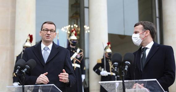 """Ważne jest, by cała Europa w sposób solidarny działała w czasie pandemii; tempo szczepień, programy szczepionkowe, współpraca z KE i """"przynaglanie"""" producentów do jak najszybszych dostaw szczepionek jest fundamentalnym zadaniem, które wspólnie wykonujemy - powiedział w Paryżu premier Mateusz Morawiecki. Szef rządu spotyka się z prezydentem Francji Emmanuelem Macronem. Rozmawiają o Planie Odbudowy, polityce klimatycznej, szczycie UE i sytuacji na Białorusi."""