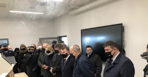 Piątego marca w Białężycach pod Wrześnią w Wielkopolsce otwarto nową strażnicę Państwowej Straży Pożarnej. W uroczystościach wzięło udział łącznie około 90 osób. Wśród nich wiceszef MSWiA, parlamentarzyści, lokalne władze i dowódcy straży pożarnej. W tym czasie w kraju obowiązywały aktualne do dziś ograniczenia, mówiące o liczebności zgromadzeń do maksymalnie pięciu osób. Po imprezie, Covid-19 potwierdzono u wszystkich trzech dowódców wielkopolskich strażaków. Część gości trafiła na kwarantannę.
