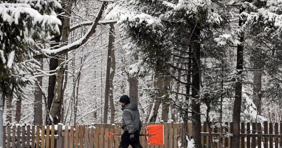W środę wieczorem i w nocy ze środy na czwartek do Polski wciąż napływać będzie arktyczne powietrze i będzie padał śnieg z deszczem oraz śnieg - prognozuje rzecznik i synoptyk IMGW Grzegorz Walijewski. Lokalnie w całym kraju może też pojawić się oblodzenie.