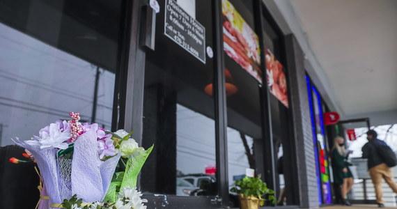 21-letni Robert Aaron Long jest podejrzany o zabicie we wtorek z broni palnej ośmiu osób w salonach masażu w Atlancie w amerykańskim stanie Georgia. Wśród ofiar było sześć kobiet pochodzenia azjatyckiego. Mężczyzna przyznał się do winy, twierdził jednak, że nie działał z pobudek rasistowskich. Ujawnił za to, że jest uzależniony od seksu.