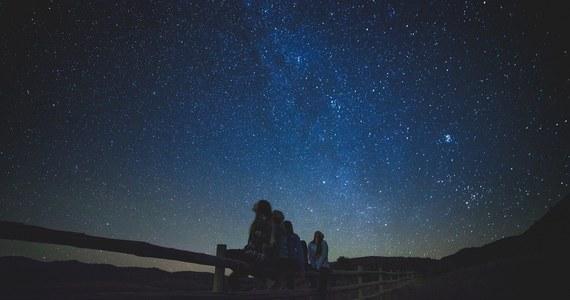 W najbliższą sobotę o godz. 10.37 Słońce osiągnie punkt równonocy wiosennej, zwany punktem Barana, a tym samym rozpocznie się astronomiczna wiosna. O tej porze roku na niebie będzie można zobaczyć m.in. planety, a poza Polską także całkowite zaćmienie Księżyca i obrączkowe zaćmienie Słońca.