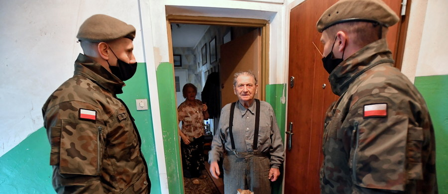 Nagrody w wysokości do 3 tysięcy złotych otrzymali żołnierze, którzy pomagali w walce z epidemią koronawirusa - dowiedział się reporter RMF FM. To jednorazowe premie przyznane za zeszły rok, na które poszło ponad 20 milionów złotych.
