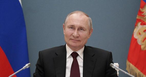 """Powiedzeniem """"kto się przezywa, tak sam się nazywa"""" skomentował rosyjski prezydent Władimir Putin wypowiedź przywódcy USA Joe Bidena, który wczoraj podczas wywiadu odparł twierdząco na pytanie dziennikarza, czy uważa Putina za """"zabójcę""""."""