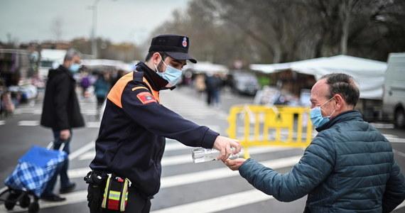 """Niższa izba parlamentu Hiszpanii zatwierdziła rządowy """"dekret o nowej normalności"""". Zobowiązuje on mieszkańców kraju m.in. do noszenia maseczek w miejscach publicznych, nawet jeśli zachowany jest 1,5-metrowy dystans. Przepisy nakazują też regionom gromadzenie danych osób szczepiących się przeciw Covid-19 oraz osób odmawiających poddaniu się szczepieniom."""