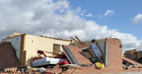 Seria niszczycielskich tornad przeszła w środę i czwartek przez południowe rejony Stanów Zjednoczonych. Żywioł niszczył domy i powalał drzewa. Dziesiątki tysięcy ludzi pozbawionych zostało dostaw energii elektrycznej.