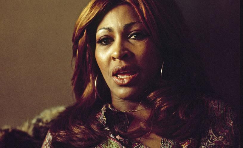 """Tina Turner to jedna z najbardziej ikonicznych wokalistek wszech czasów, gwiazda muzyki rockowej i soulowej. W trakcie kariery solowej sprzedała ponad 200 milionów płyt na całym świecie, dzięki czemu uchodzi dziś za jedną z najbardziej dochodowych artystek w historii. Na swoim koncie ma wiele prestiżowych nagród i wyróżnień, w tym aż osiem nagród Grammy. Ale życie Turner nie było wyłącznie pasmem triumfów i sukcesów, o czym przypomina dokument """"Tina"""" w reżyserii Daniela Lindsay'a i T. J. Martina."""