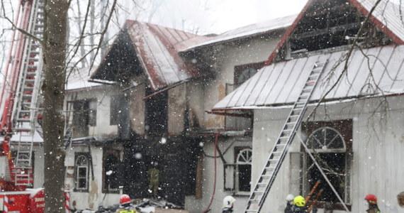 """""""W nocnym pożarze pustostanu w centrum miasta zginęły trzy osoby"""" - powiedział zastępca komendanta PSP w Zakopanem Jarosław Kośmiński. To najprawdopodobniej bezdomni, którzy chronili się w opuszczonym budynku."""