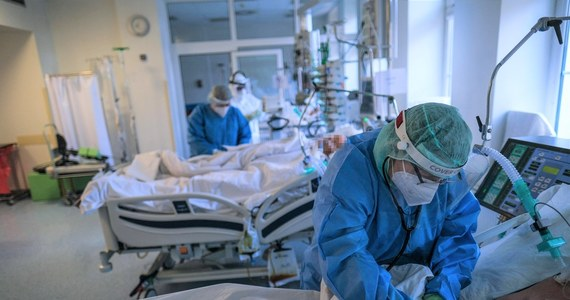 Mamy 21 849 nowych przypadków zakażenia koronawirusem - poinformowało Ministerstwo Zdrowia. Zmarło 140 osób chorujących na Covid-19. 100 z nich miało choroby współistniejące. W szpitalach przebywa obecnie ponad 23,5 tys. pacjentów zainfekowanych SARS-Cov-2, a w użyciu jest 2 360 respiratorów.