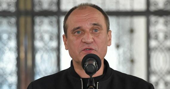 """""""Gdyby w Nowym Ładzie znalazły się nasze postulaty, to wtedy nie wykluczam żadnej formy współpracy"""" – stwierdził w rozmowie z PAP lider Kukiz'15 Paweł Kukiz, pytany o ewentualną współpracę z Prawem i Sprawiedliwością. """"Musiałbym mieć stuprocentową gwarancję, że nastąpi zmiana ordynacji wyborczej, że zostaną wprowadzeni sędziowie pokoju, że zostanie wprowadzony pakiet ustaw antykorupcyjnych i antysitwowych, kompetencyjnych"""" - podkreślił. Jednocześnie zadeklarował, że jest gotów na ustępstwa."""