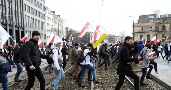 """Po sobotnim """"Marszu o Wolność"""" w Warszawie zostanie skierowanych blisko 800 wniosków do sądu o ukaranie i ponad pół tysiąca notatek do sanepidu - poinformował rzecznik Komendanta Stołecznego Policji nadkom. Sylwester Marczak. Sześć osób zatrzymano, a czworo policjantów zostało rannych."""