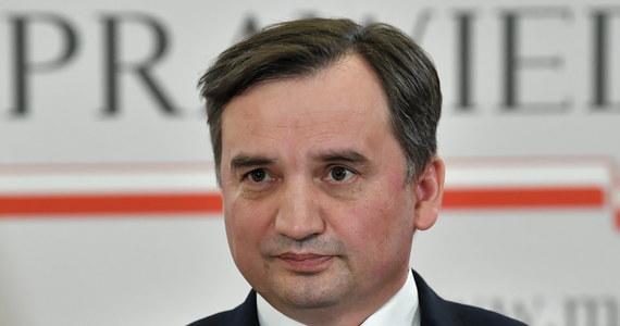 """""""Decydującą rolę w budowaniu polskiej polityki w odniesieniu do Unii ma premier Mateusz Morawiecki. To bardzo zdolny i otwarty na współpracę z UE polityk"""" – stwierdził w rozmowie z tygodnikiem """"Sieci"""" prezes Solidarnej Polski, minister sprawiedliwości Zbigniew Ziobro. """"Ma dużą umiejętność przekonywania kierownictwa PiS do polityki, która jednak rozmija się z naszym programem z 2014 r., który nie został nigdy odrzucony"""" – dodał."""