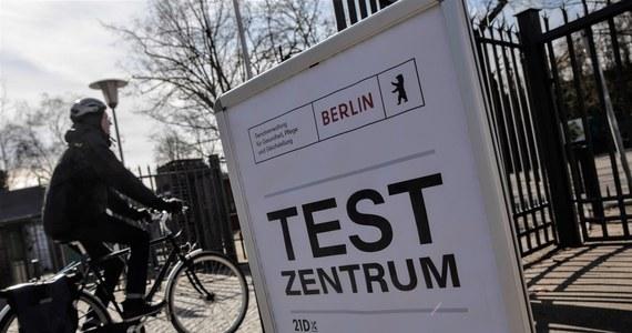 Z dokumentu, do którego dotarła AFP wynika, że kanclerz Angela Merkel chce przedłużyć lockdown w Niemczech ze względu na nasilanie się pandemii. Według Instytutu im. Roberta Kocha, w ciągu ostatnich siedmiu dni średnia zakażeń dziennie na 100 tys. osób wynosiła 103,9.