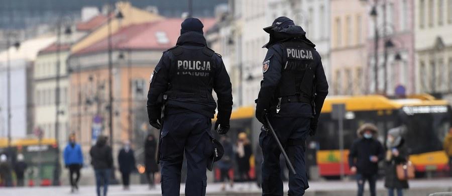 Policja bardziej stanowczo egzekwuje zakazy wprowadzone przez rząd w związku z pandemią koronawirusa i ogólnopolskim lockdownem. W sobotę funkcjonariusze wystawili ponad 2400 mandatów za niezakrywanie ust i nosa, a do sądu skierowano ponad 600 wniosków o ukaranie.