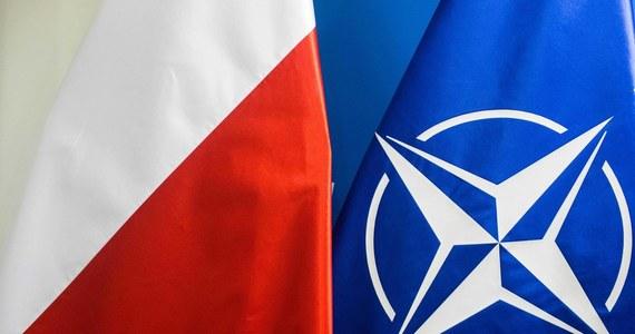 Polskie zespoły medyczne przeprowadzą szczepienia pracowników kwatery głównej NATO w Brukseli - poinformował w niedzielę szef rządu Mateusz Morawiecki. Za akcję szczepień, którą przeprowadzą Polacy, podziękował Morawieckiemu sekretarz generalny Sojuszu Jens Stoltenberg. 20 lekarzy wyleci z kraju w czwartek. Jak informuje Michał Dworczyk, w ciągu trzech dni zaszczepią około 3,5 tys. urzędników.