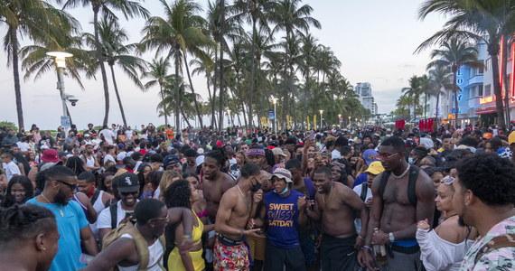 Miasto Miami Beach na Florydzie wprowadziło w sobotę godzinę policyjną. Powodem było lekceważenia obostrzeń koronawirusowych, awanturnictwo, a nawet uliczne walki. Aresztowano tam już ponad 900 osób.