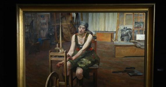 """Obraz """"Prządka"""", nieznane do tej pory na rynku sztuki arcydzieło Jacka Malczewskiego z 1922 r., został sprzedany za rekordową dla tego artysty kwotę ponad 6,7 mln złotych. Licytacja tego monumentalnego, nasyconego symboliką dzieła rozpoczęła się w Domu Aukcyjnym Agra-Art od 1,7 mln złotych."""
