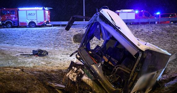 Wypadek ukraińskiego autobusu na autostradzie A4 na Podkarpaciu, pomiędzy węzłami Jarosław Wschód - Przemyśl. Na wysokości mostu w Kaszycach pojazd, którym podróżowało dziesięć osób, uderzył w bariery i przewrócił się do rowu. Zginęła jedna osoba, a dziewięć zostało rannych.