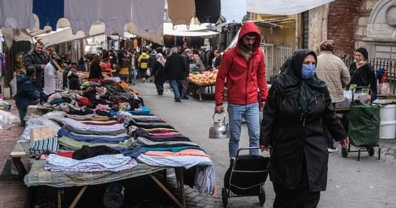 """Kurs tureckiej liry znowu poleciał w dół po tym, jak do dymisji podał się szef banku centralnego Naci Agbal. """"Dzielny bankier z Ankary"""" zaledwie dwa dni wcześniej podjął decyzję o podniesieniu stop procentowych w celu zduszenia wysokiej, dwycyfrowej inflacji w kraju."""
